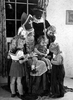 Sinterklaastijd: kinderen op bezoek bij Sint Nicolaas en Zwarte Piet, 1947.