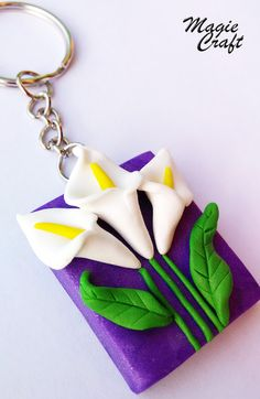 Keychain Calle Fimo calla lily keyring by MagieCraft on Etsy Polymer Clay Flowers, Fimo Clay, Polymer Clay Projects, Polymer Clay Charms, Polymer Clay Earrings, Clay Crafts, Clay Keychain, Keychains, Polymer Clay Embroidery