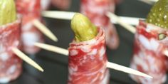 Verdens hurtigste tapas med italiensk pølse og cornichoner. Tager kun 5 minutter at lave. Tapas Buffet, Appetizer Recipes, Appetizers, Fingerfood Party, Night Food, Cooking Recipes, Healthy Recipes, Snacks Für Party, Canapes