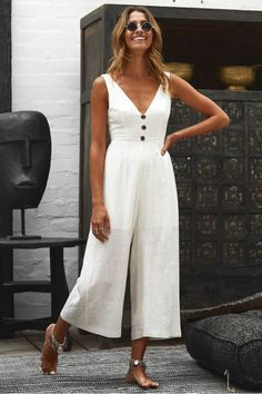 The only summer outfits guide to give you all the inspiration you need. The summer outfits guide 2019 is back with a new selection of cute outfits for every day White Playsuit, White Jumpsuit, Summer Jumpsuit, Jumpsuit Culottes, Casual Jumpsuit, White Dress, Trend Fashion, Fashion Outfits, Woman Outfits