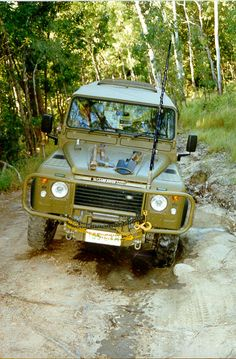 defender with edge tools mounted on the hood. This makes access very quick and easy. They don't look too heavy so getting under the hood is easy enough.