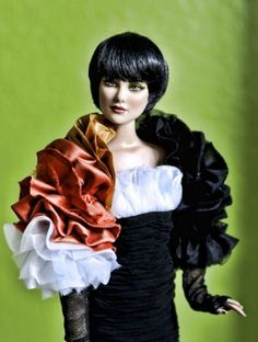 About The Toucan: From the 2012 Flights of Fancy Tonner convention banquet, The Toucan is a limited edition of 100 centerpiece doll. She is a wigged Daphne sculpt.