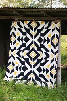 """Inspiring """"Bravo Indigo"""" quilt by Caroline Greco of Nightingale Quilts. Free pattern available Colchas Quilt, Quilt Blocks, Navy Quilt, Quilting Projects, Quilting Designs, Quilting Ideas, Quilt Design, Longarm Quilting, Machine Quilting"""