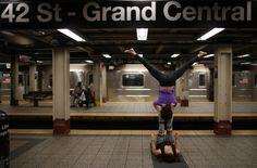"""Yoga in subway. Lauren Pallody and Bassam Kubba practice """"Acro-yoga"""" a mixture of yoga and acrobatics on a subway platform at 42nd Street beneath Grand Central station in New York city. Yoga dans le métro. Lauren Pallody et Bassam Koubba pratiquent l' """"Acro-yoga"""", un mélange de yoga et d'acrobatie sur un quai de métro de la 42ème rue sous la gare Grand Central à New York.   PHOTOGRAPHER: REUTERS / Mike Segar"""