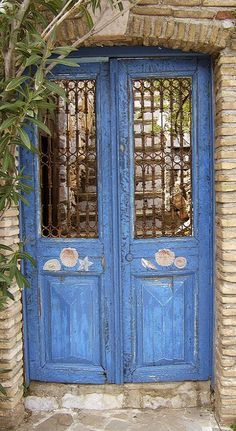 Blue door in Hydra Island, Greece (by Thøger on Flickr