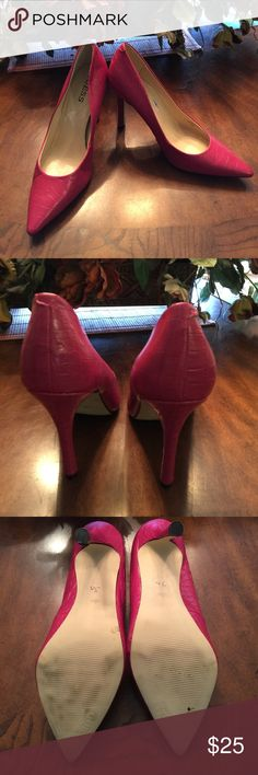 """Hot pink heels by Guess closet clean out 🎉🎉 Hot fuchsia pink guess heels 4""""  worn once Guess Shoes Heels"""