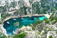 Discover the calanque d'en-vau in Marseille. PlagesTV visits every beach to help you make the right choice! Photos and opinion. Catamaran, Top Les, Germany Travel, Picture Photo, Travel Photos, River, Travel Destinations, Sailing, Europe