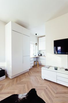 Studio apartment, mini kitchen, small home, herringbone floor Mini Kitchen, Kitchen Small, Studio Apartment, Herringbone, Shag Rug, Flooring, Home Decor, Shaggy Rug, Little Kitchen