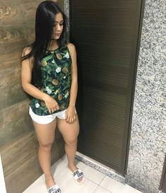 Basiquinho  #simplesvaidade #sv ▫ #lookbook #lookdodia #lookoftheday #girlfashion #cabelo #cabelosdivos #body #blusa #shortinho #boaforma #tendência #linda #cropped #look #looklindo #buenastardes #boatarde #goodafternoon #short #terça #tuesday #rasteirinha #estampa #jeans #top #cinturafina #hotpants #morena