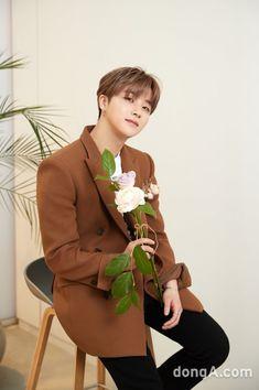 He is so cutie and Precious Yg Ikon, Ikon Kpop, Kim Jinhwan, Chanwoo Ikon, Yg Entertainment, Ikon Member, Ikon Debut, Ikon Wallpaper