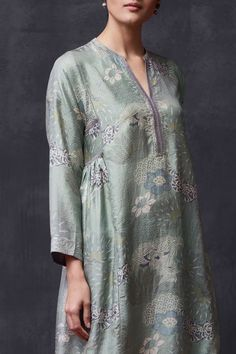 Good Earth brings you luxury design crafted by hand, inspired by nature and enchanted by history, celebrating India's rich history and culture through original, handcrafted products. Salwar Designs, Kurti Neck Designs, Kurta Designs Women, Blouse Designs, Dress Designs, Pakistani Dresses Casual, Indian Fashion Dresses, Simple Kurta Designs, Kurta Patterns