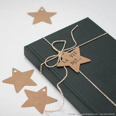 """Jolies petites étiquettes """"tags"""" en forme d'étoile. Elles décoreront parfaitement vos paquets et emballages, et peuvent également être utilisées pour vos créations DIY (guirlandes, mobiles enfant…)Matière: Papier blanc (épais) ou kraft brunDim.: 6 cm x 6 cmCouleurs: Kraft brun ou blancPerforées, 2 modèles au choixVendues par lot de 5, 12 ou 25 pièces (avec ficelle)"""