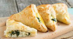 Ob als schneller Snack, Fingerfood oder Abendessen: Diese herzhaft gefüllten Blätterteigtaschen mit Spinat und Käse kommen immer gut an! Schmecken auch als Schinken-Taschen oder mit Hackfleisch.