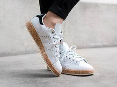 gros plan semelle chaussures cher 3 pas cher adidas stan smith bouchons blanc noir paniers