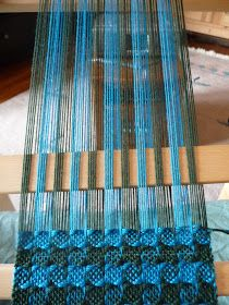 "Discover thousands of images about Thanks to Jeen on Ravelry , I found a ""recipe"" for weaving on a rigid heddle loom. This is Pinwheel Weave. Tablet Weaving, Weaving Art, Tapestry Weaving, Loom Weaving, Hand Weaving, Weaving Textiles, Weaving Patterns, Weaving Projects, Weaving Techniques"