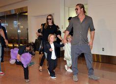 Angelina Jolie e Brad Pitt com os filhos (Foto: YOSHIKAZU TSUNO / AFP)