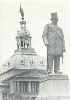 Paul Kruger statue met die ou raadsaal in agtergrond Kruger National Park, Pretoria, My Land, Handmade Books, African History, Wild Life, Cape Town, Live, Monuments