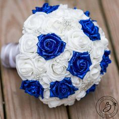 «Glitter Blues de l'hiver» de bleu Royal et blanc hiver bouquet de mariage sur le thème avec paillettes roses, roses de signature doux au toucher et broches de flocon de neige scintillant Bel horizon pailleté bleu roses sont un détail parfait pour votre mariage d'hiver! Des