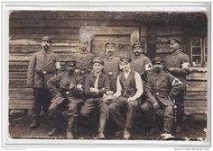 WWI - UN GROUPE D INFIRMIERS ALLEMANDS DEVANT UNE MAISON EN BOIS - CARTE PHOTO MILITAIRE