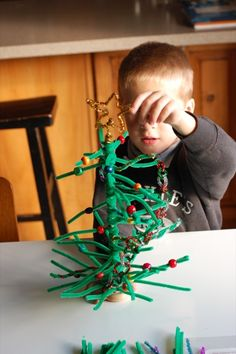 Threading and beadinf fun! Great fine motor skills praxtise.  Pipe cleaner Christmas tree