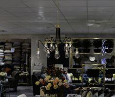 """Beningtons fantastiska taklampa, med det passande namnet, Modern. En lampa som inte bara lyser upp rummet utan verkligen är en del av inredningen. Fantastiska detaljer i svart och borstat guld med sina """"nakna""""lampor som framhäver den rena designen."""