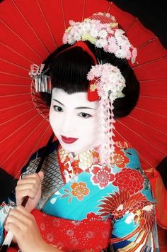 The geisha makeup is perfect for a theme party or for a special evening occasion. Pay attention to our tips and find out how to achieve a geisha look. Geisha Make-up, Geisha Kunst, Japanese Costume, Japanese Kimono, Japanese Girl, Japanese Female, Japanese Style, Nagoya, Osaka