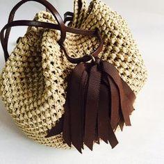 ボリューム感のあるタッセルと、巾着型のバッグはシンプルながらも存在感抜群★とても軽くてサラサラの手触りのタッセル巾着バッグ『Coron』。今年は凹凸感のある編み柄で動きを出してみました。上部と底部分は二重で編んでいますので物を入れても型崩れがありません。木材パルプを原料とする再生繊維を使用、とても軽くて丈夫です。全体のころんとした丸みと、上部のキュッと絞られたアクセントが独特の可愛らしさを醸しだします。カジュアルにも、キレイめにも、どんなスタイルにも、幅広いスタイルに活躍します。アクセサリー感覚で持ちたい、キュートなバッグで出かけましょう。-------------------タイプ:『Coron』 ブラックサイズ:丸底直径 約20cm 高さ 約19cm素 材:レーヨン100%タッセル:ポリエステル100%持ち手:本革(ブラック) 70cm-------------------短時間で大量には作れないけれど、手編みならではの「温もり」「優しさ」を感じて、使ってくれる人を思って、心をこめて編んだバッグです。ベーシックカラーの展開は、どんなコーディネイトにも合わせやすく、毎...