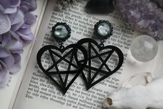 Small black Pentaheart Plugs with shiny gemstones. Size: - You will get 2 Acryl plugs, straight with o-rings, black Ear Jewelry, Body Jewelry, Jewelry Accessories, Jewellery, Fantasy Jewelry, Gothic Jewelry, Gothic Clothing, Gothic Tattoo, Ear Piercings