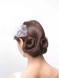 3つのパーツに分けたヘアはゆるくツイストしながら円を描くようにまとめます。襟足が隠れるくらい、ゆったりとしたまとめ髪がクラシックな雰囲気を醸し...