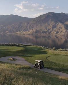 Located on the historic Six Mile Ranch, Tobiano golf course offers exceptional golf in a unique setting: situated on the bluffs above Kamloops Lake. Golf Magazine, Gardens By The Bay, Skiing, Golf Courses, Country Roads, Cliff, Kamloops, Canada, Ranch