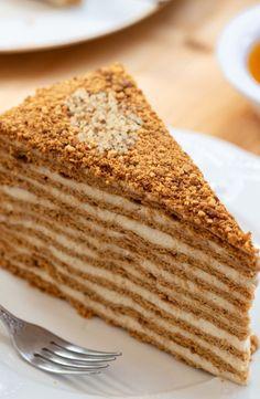 Pastel de miel Medovik Baumkuchen con miel y crema Hornear - Rebanada de un pastel de miel. El pastel ruso Medovik con ingredientes de nueces y la receta del pas - Easy Smoothie Recipes, Easy Smoothies, Easy Cake Recipes, Russian Honey Cake, Russian Cakes, Bolo Russo, Formation Patisserie, Sour Cream Frosting, Cream Cake