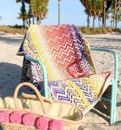 Serviette de plage velours jacquard resia multicolore la serviette de plage en éponge velours pur coton jacquard. 1 face velours, 1 face bouclette. Motifs chevrons colorés. 100% coton, chaise de plage couleur vert mint en métal panier en osier avec pompon rose plage de sable avec des palmiers dans le fond coin bronzage blog deco clemaround the corner decoration #poolparty #Plage #summer #serviettedeplage #sable #vacances #palmier #osier #serviettedeplage #borddemer #landscape Chevrons, Blog Deco, Bath Towels, Decoration, Straw Bag, Beach Mat, Outdoor Blanket, Bags, Palmiers