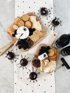 Halloween party ideas - spider cupcakes, cheese and crackers Halloween 2018, Halloween Home Decor, Halloween Food For Party, Halloween Season, Holidays Halloween, Spooky Halloween, Halloween Treats, Happy Halloween, Halloween Decorations
