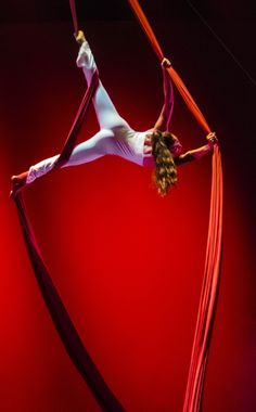Ejercicio de telas acrobáticas realizado en el espectáculo El Tren en @Rambleta…