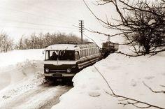 Egy korai faros és egy Ikarus 630-as a hófalak között az 1970-es években  (fotó Istvánfi Péter, iho.hu)