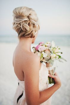 Beachy bridal updo   Photo by Oeil Photography