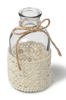 Mini vase bouteille avec dentelle - Pour un effet simple mais réussi, pensez à cette mini bouteille vintage entourée de dentelle écrue avec sa petite cordelette naturelle ! http://www.mariage.fr/mini-bouteille-vase-dentelle-vintage-mariage.html