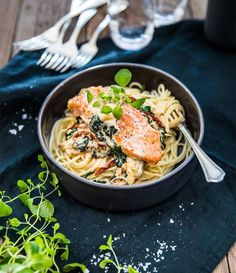 Creamy salmon pasta with creme fraiche, spinach and leeks - - Food N, Food And Drink, Creamy Salmon Pasta, Recipes From Heaven, I Love Food, Pasta Dishes, Food Hacks, Food Inspiration, Healthy Recipes