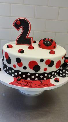 Ladybug birthday cake (fondant)  http://www.sugarfixe.com