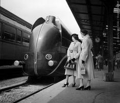 PARIS - LOCOMOTIVE AERODYNAMIQUE  Locomotive aérodynamique à la Gare de Lyon en 1937 © Boris Lipnitzki / Roger-Viollet