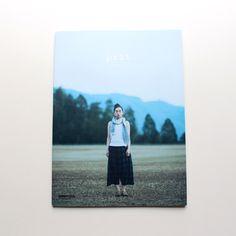 ナチュラルファッション雑誌「nuComfie」がはじめて特別編集したpritのムック本。ただ服が紹介されているだけでなく、本社や工場でのものづくりやお店のコンセプトやインテリア、またpritを取り巻く職人やアーティストなどのことが紹介されています。