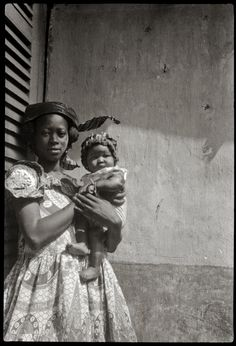 The Elegant Senegal of the First Half of the Century is an exhibition on at the Círculo de Bellas Artes, Madrid, until 26 August African Tribes, African Women, African Fashion, Vintage Photographs, Vintage Photos, Vintage Black Glamour, Photo Vintage, Crown Hairstyles, People Of The World