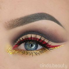This eye look @cinda.beauty created reminds us of sexy Cirque du Soleil and we…