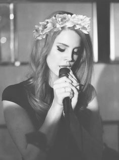 Lana del Rey-gorgeous-American-singer-LDR-fashionable-black and white-flower crown