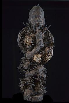 Fon Mami Wata fetich - Pièces très atypique sur laquelle nous avons craqué... Son attribution est indéniablement Fon, et il pourrai s'agir d'un Boccio, un peu particulier. Le personnage féminin et les serpent n'est pas sans faire écho au culte de mami wata et nous supposons que ce boccio a été crée par son féticheur autour de ce concept. L'ensemble est recouvert de clous. Des mèches de coton sont placées en différents endroits.  En savoir plus sur Fetiche Botchio Mami Wata - Fon - Benin…