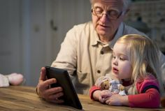 """Orthopedagoog Goorhuis: Tablet blokkeert ontwikkeling jonge kinderen -  SMALLE EE. De tablet blokkeert de sociaal-emotionele ontwikkeling van een kind volledig, meent prof. dr. Sieneke Goorhuis-Brouwer. """"Iemand die zijn kind achter een tablet zet, laat het aan zijn lot over.""""beeld ANP"""