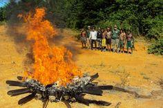 | OPERAÇÃO RIOS VOADORES | Na foto (Ibama): Indígenas e fiscais do Ibama queimam motosserras apreendidas na operação Kayapó, em 2014, que deu origem à operação Rios Voadores.