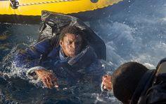 Un immigrato africano messo in salvo dalla guardia costiera spagnola nello stretto di Gibilterra. (Marcos Moreno, Afp)