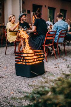 Der Cube Feuerkorb kann mehr, als er erst zeigt: Die innere Feuerschale ist rotierend aufgehängt, so dass sich der Korpus einfach auf den Kopf stellen lässt. Bei dieser Rotation werden Glut und Flammen erstickt, weil ihnen die Luft zum Weiterbrennen entzogen wird. Zudem ist die kalte Metallhülle auch als Hocker oder Tisch verwendbar. Überdies lässt sich der Cube Feuerkorb auch mit einem optional von höfats gelieferten Grillrost wunderbar als vollständiger Grill verwenden...