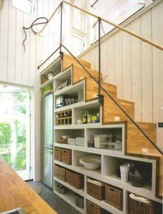 trappa med inbyggda hyllor